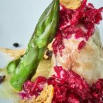 Involtini di pesce di coffa con le sue uova, burrata e cavolo rosso marinato